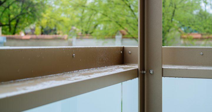 Balkon mit Blumenblech und kontrollierter Wasserführung